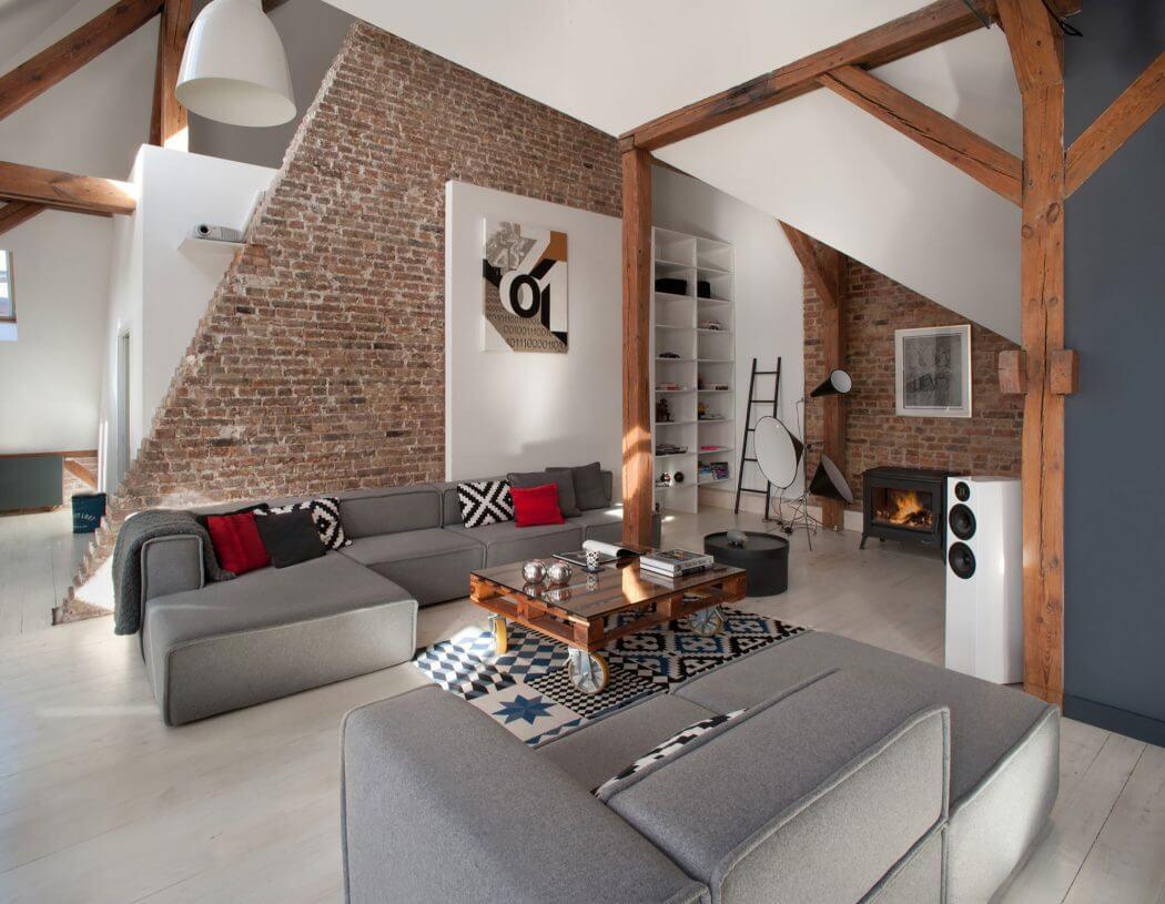 Interior loft a dos niveles vigas ladrillo visto for Case loft
