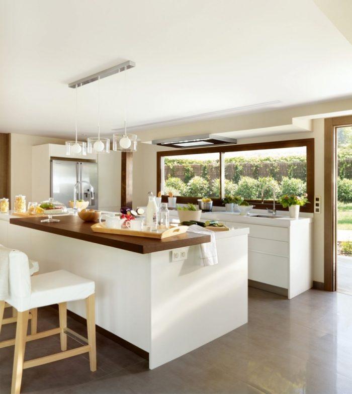 si tu cocina ya est decorada y resulta un poco fra prueba a aadir o mobiliario que le proporcione un toque clido como una pequea mesa